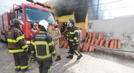 Incêndio atingiu armazém de construção em Abreu e Lima