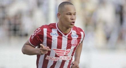 Caio Dantas fez o primeiro gol do Náutico contra a Ponte Preta