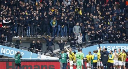 Um setor da arquibancada de um estádio na Holanda onde jogaram NEC Nijmegen e o Vitesse Arnhem caiu ao fim da partida
