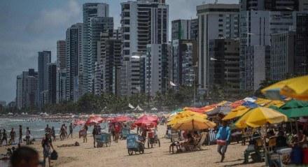 Movimentação na Praia de Boa Viagem na manhã desta segunda-feira (18)
