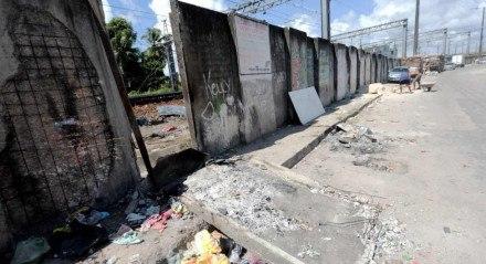 Muro que isola o Metrô do Recife totalmente deteriorado