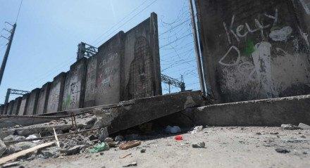 Problemas mostram falta de manutenção e risco de novos acidentes em muro do Metrô do Recife.