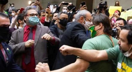 Briga de manifestantes de extrema-direita com vereadores na Câmara Municipal de Porto Alegre