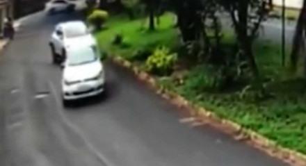 Mulher reage a assalto e atropela suspeitos