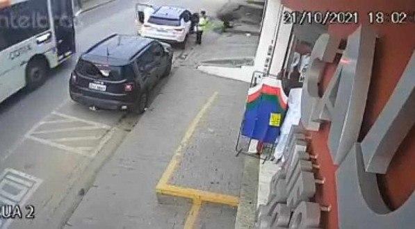 As imagens foram registradas por câmeras de segurança de uma rua comercial de Cotia
