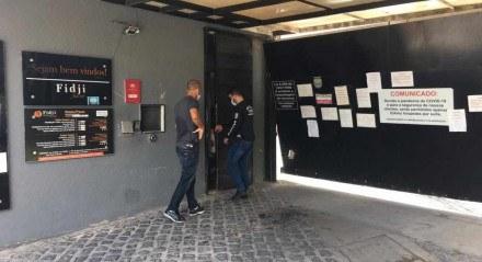 Policiais civis no Motel Fidji, em Piedade, onde homem de 39 anos foi encontrado morto