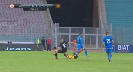 Goleiro do Al Ittihad deu uma voadora no rosto do atacante do Espérance em jogo da Liga dos Campeões da África