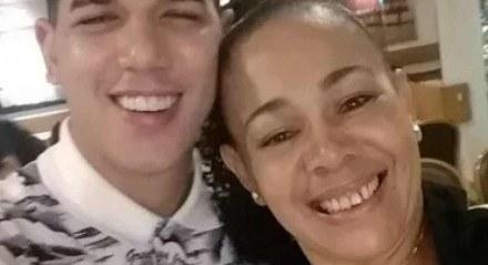 Zé Vaqueiro ao lado da mãe, a também cantora Nara de Sá