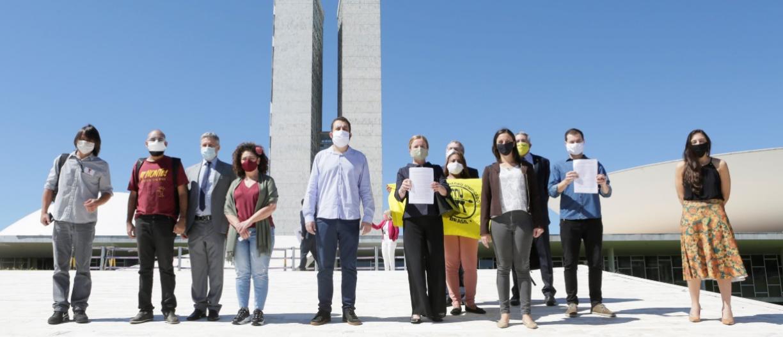 Oposição entrega à Câmara pedido de impeachment de Bolsonaro