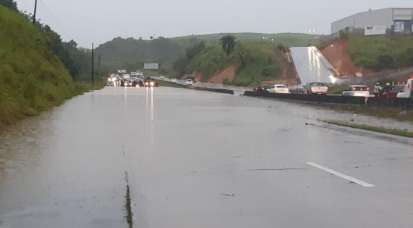 As imagens da chuva torrencial que alagou BR-232 e causou incidentes no Grande Recife