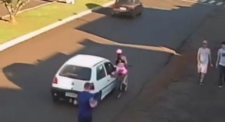 Mulher cai de bicicleta após ser assediada por passageiro de carro