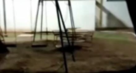 Vídeo registra brinquedos se mexendo sozinhos em parquinho